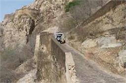 इस पहाड़ी को पार करने के लिए उल्टी चलती हैं गाड़ियां!