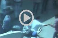 पेट्रोल पंप पर गुंडई, मामूली बात पर कर्मचारी को बुरी तरह पीटा