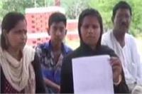 भाजपा नेता ने दलित महिला की जमीन पर किया कब्जा, धरने पर बैठी पीड़िता ने लगाई इंसाफ की गुहार