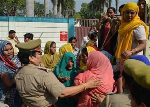 मेरठः शव के साथ डीएम आवास पहुंचे परिजनों ने जमकर किया हंगामा