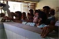 जिला अस्पताल में गंदगी देख भड़के मंत्री ने हाथ में पोछा ले कर्मचारियों को पढाया सफाई का पाठ