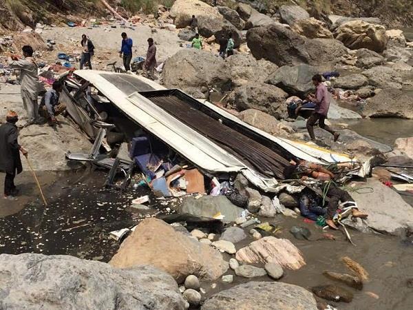 शिमला में बड़ा हादसा: नदी में गिरी प्राइवेट बस, लगा शवों का ढेर(PICS)