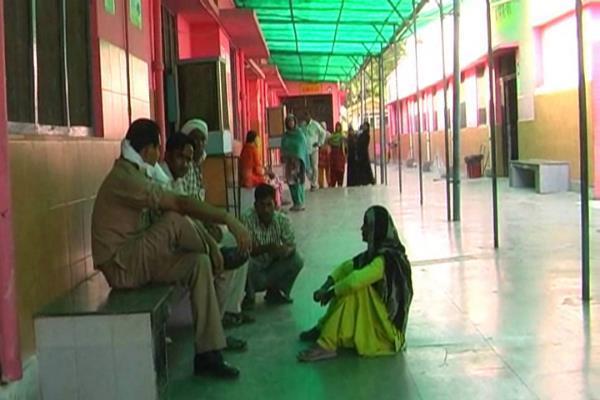 CM साहब! ईलाज तो दूर मरीजों को डराकर भगा देते हैं इस जिला अस्पताल के डॉक्टर