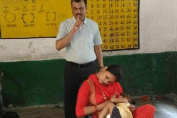 सोशल मीडिया पर वायरल हो रही है महिला टीचर की यह तस्वीर