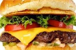लड्डू नहीं, यहां प्रसाद में मिलता है बर्गर और सैंडविच