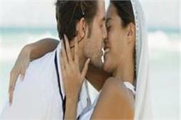 Kiss करने से पार्टनर को हो सकती हैं ये बीमारियां