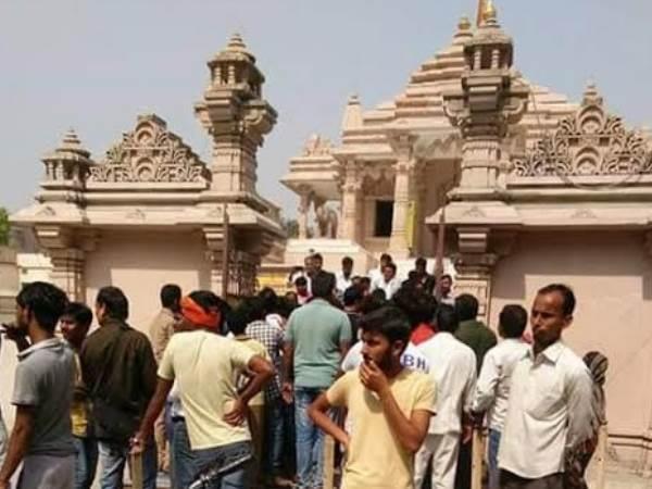 बछड़े का कटा सिर मिलने से बिगड़ा मंदिर का माहौल, हालात काबू में लाने के लिए बुलानी पड़ी फोर्स