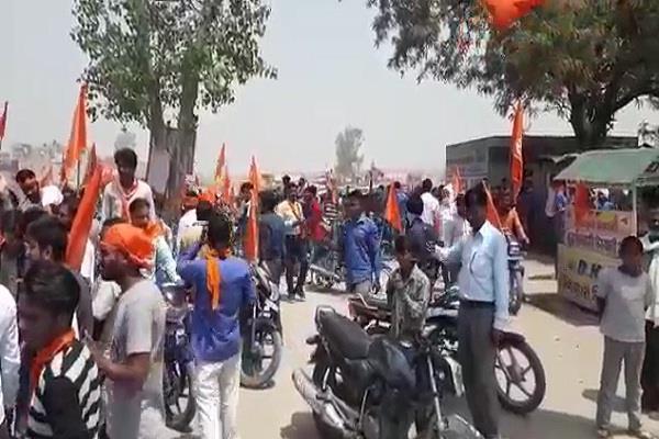 गैरकानूनी और लाठी-डंडों से लैस होकर हिन्दू रक्षा दल ने निकाली शोभा यात्रा, पुलिस से झड़प