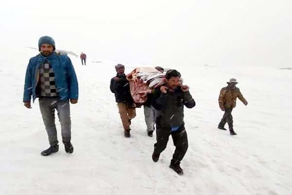 इनकी हिम्मत के आगे बर्फ भी हारी, 3 कि.मी. पैदल चलकर बचाई एक जान
