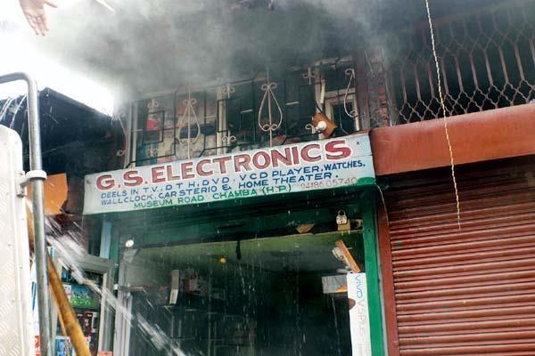 तस्वीरों में देखिए, दुकान में लगी आग, पानी ने भी किया नुक्सान