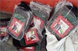 योगीराज में अखिलेश के फोटो लगे बैग फांक रहे धूल