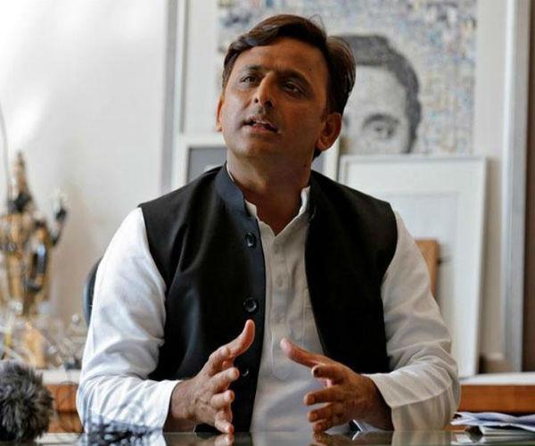 सीतापुर: त्रिपल मर्डर की CBI जांच की मांग को लेकर अखिलेश से मिला पीड़ित परिवार