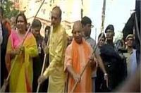 CM योगी ने की स्वच्छता अभियान की शुरुआत, मालिन बस्ती में लगाई झाड़ू