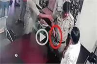 दरोगा की गुंडई, नशामुक्ति केंद्र संचालक पर तानी रिवाल्वर