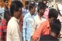बजरंग दल के कार्यकर्त्ताओं की दबंगई, बीच सड़क पर दो युवकों को जमकर पीटा