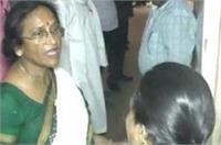 इलाहाबाद: हेल्थ सेंटर का औचक निरीक्षण, गंदगी देख महिला डॉक्टर पर भड़कीं रीता जोशी