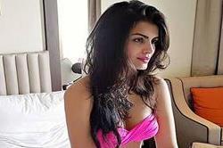 पिंक बिकनी पहने हॉट लुक में नजर आई Sonali Raut