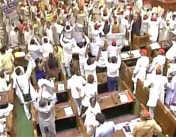 UP विधानसभा हंगामे के बाद स्थगित,  राज्यपाल पर फेंके गए कागज के गोले