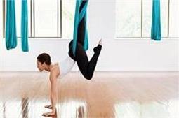 लोगों में बढ़ रहा है Aerial Yoga का क्रेज, डिप्रैशन से दिलाएं छुटकारा