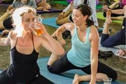 एक्सरसाइज नहीं, अब खूब चल रहा है बीयर योगा का ट्रेंड