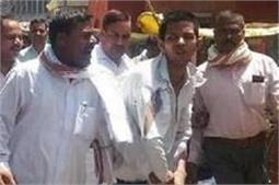 जौनपुरः तलाक देने कोर्ट पहुंचे पति ने पत्नी पर फेंका तेजाब, हालत गंभीर