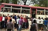 हर्ष फायरिंग में युवक की मौत के बाद बवाल, लाठी-डंडों से लोगों ने बसों पर किया अटैक