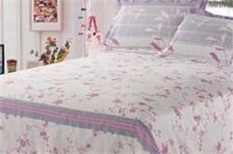 लाइट कलर Bedsheet से रूम दिखे कूल