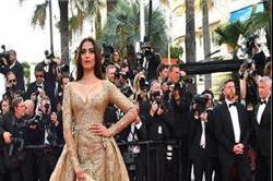 Cannes 2017 : Hot cleavage गाउन में दिखा सोनम का सैक्सी लुक