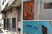मुरादाबाद: यहां लोगों ने घरों के बाहर लगाए ''मकान बिकाऊ है'' के पोस्टर, नहीं मिल रहे खरीदार