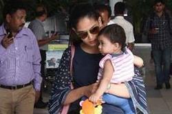 बेटी मीशा के साथ एयरपोर्ट पर स्पोर्ट हुई मीरा, देखें तस्वीरें