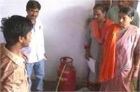 बाल सुधार गृह में केंद्रीय मंत्री का औचक निरीक्षण, कपड़े धोते और खाना बनाते मिले बच्चे
