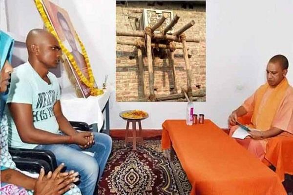 'CM बिना AC दो पल भी शहीद के घर नहीं ठहर सके, ये योगी नहीं भोगी हैं'