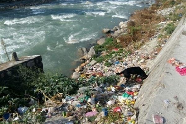 'पवित्र' मानी जाने वाली नदी को गंदा कर रहे ये लोग