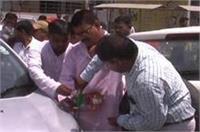 राठौर समाज के कार्यकर्ताओं ने जशोदा बेन के सामने उतार फेंका गाड़ी में लगा PM मोदी का झंडा