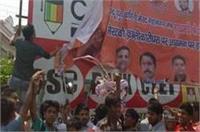 योगी के खिलाफ फूटा दलितों का गुस्सा, तोडफ़ोड़ के बाद फाड़े पोस्टर
