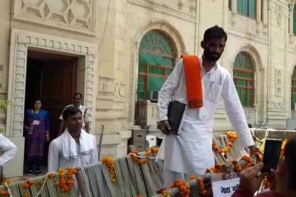 बैलगाड़ी पर सवार होकर सदन आये भाजपा विधायक ने योगी को बोला 'शुक्रिया'