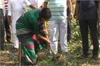 गोरखपुर में महापौर ने उठाई कुदाल, कहा- सफाई अभियान में दें हमारा साथ