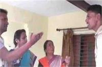 BJP नेत्री की दबंगईः थाने में घुसकर सिपाही का पकड़ा कालर, वर्दी उतरवाने की दी धमकी