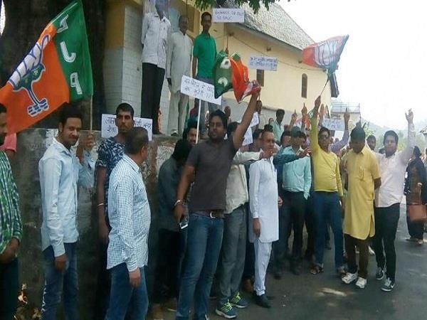 PICS: धूमल के गृह जिला पहुंचते ही CM के खिलाफ BJP ने लगाए Go Back के नारे