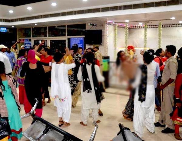 गुरू की मौत पर किन्नरों ने खोया अपना आपा, सड़क से लेकर अस्पताल तक जमकर किया हंगामा