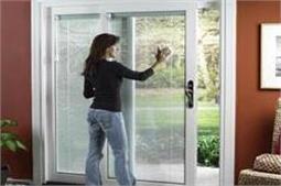 खिड़की-दरवाजों को यूं करें चकाचक साफ