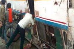 गोरखपुर में भीषण सड़क हादसा, कुछ एेसे निकाली गई बस से लाश