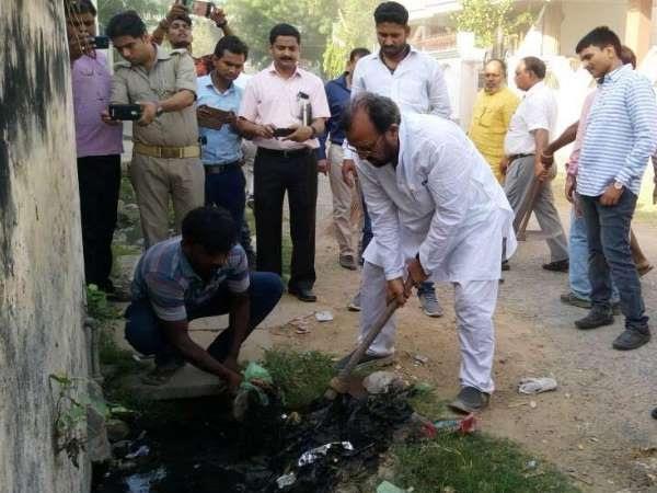 योगी इफेक्टः सफाई का निरीक्षण करने काशी पहुंचे मंत्री ने किया नाला साफ
