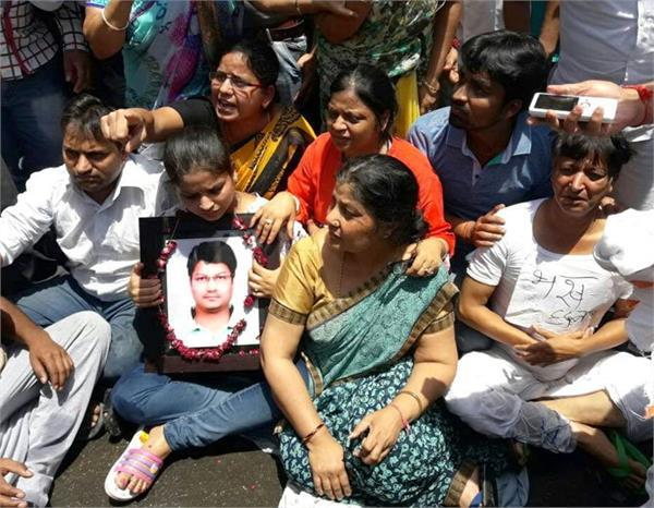 मथुरा हत्या कांडः प्रशासन के आश्वासन के बाद पीड़ित परिवार ने खत्म की भूख हड़ताल