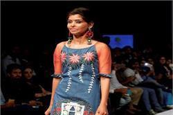Asian Designer Week: एसिड अटैक के बाद रितु ने किया 'कैट वॉक'