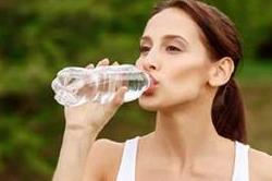 भूलकर भी न पीएं इस तरीके से पानी, हो सकती हैं कई परेशानियां!