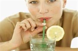 खाली पेट गर्म नींबू पानी पीने से मिलते हैं ये बेमिसाल फायदे