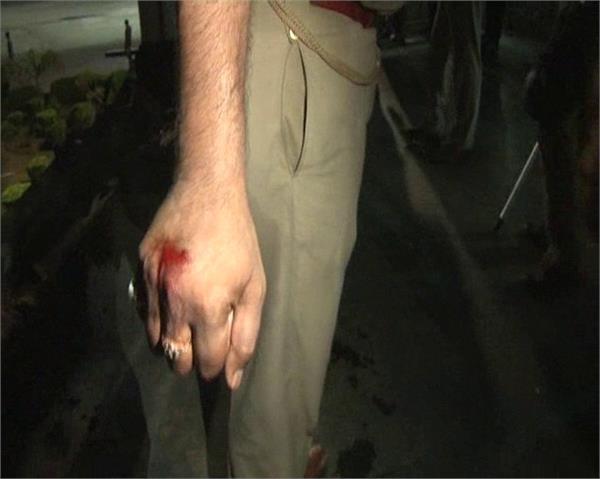 प्रिया गोल्ड बिस्कुट कंपनी के वर्करों का कोहरामः लग्जरी गाड़ियों में की तोड़फोड़, पुलिस पर पथराव