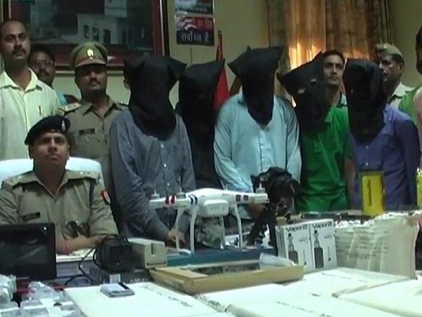 पुलिस के हाथ लगी बड़ी सफलताः लाखों के सामान के साथ 5 एटीएम हैकर्स गिरफ्तार