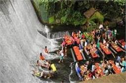 अनोखा रेस्टोरेंट, लोग पानी के बीच बैठकर खाते हैं खाना